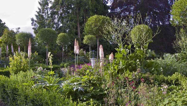 Garden Designer Justin Spink Vicarage in Windrush Valley